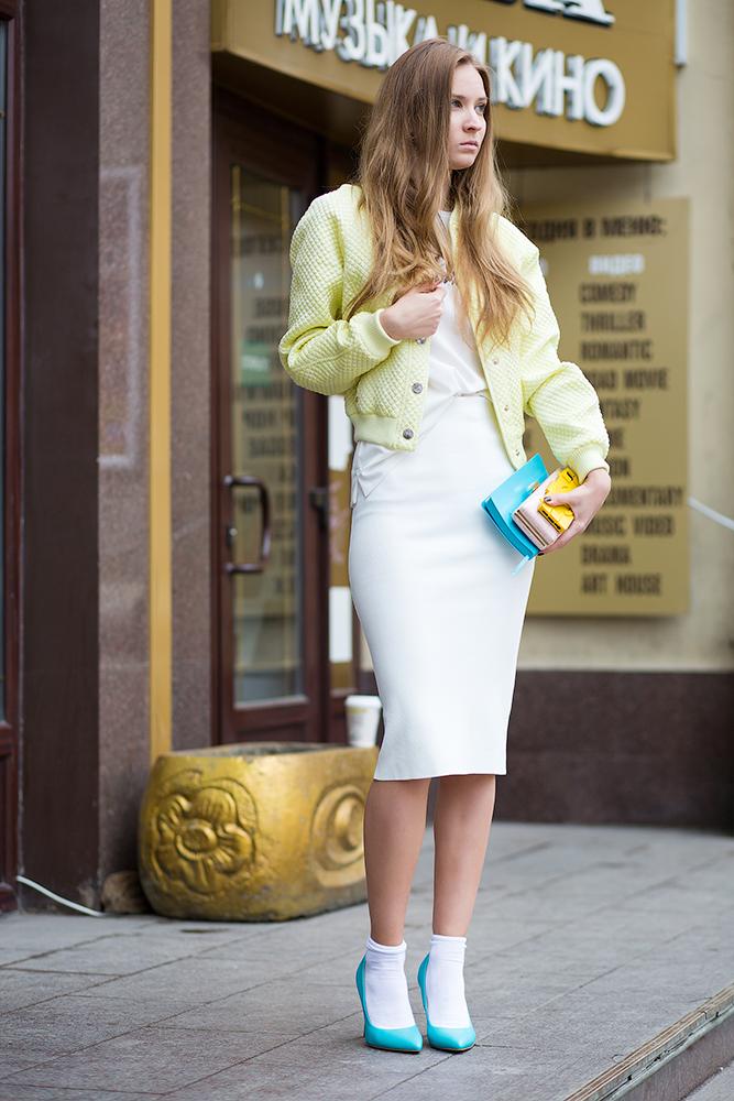 Белое платье с бирюзовыми туфлями