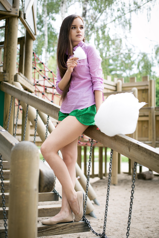 Молодые русские девушки в мини юбке