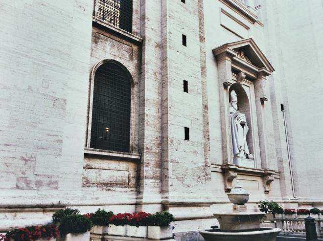 Я не делала фото внутри ни одного храма!! Но здесь все на удивление скромно, частично.