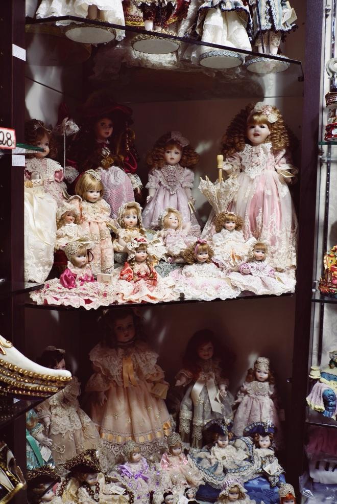 потрясающие игрушки в местном магазинчике, где продавец очаровательный молодой парень из России